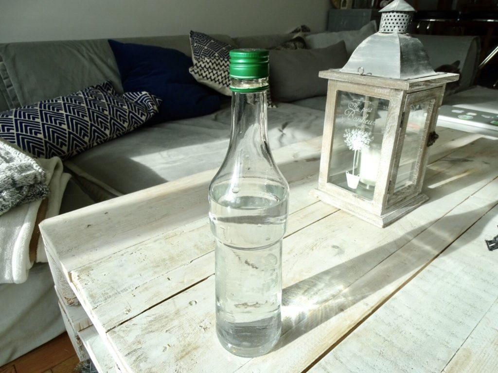 Arroser plantes avec une bouteille goûte à goute